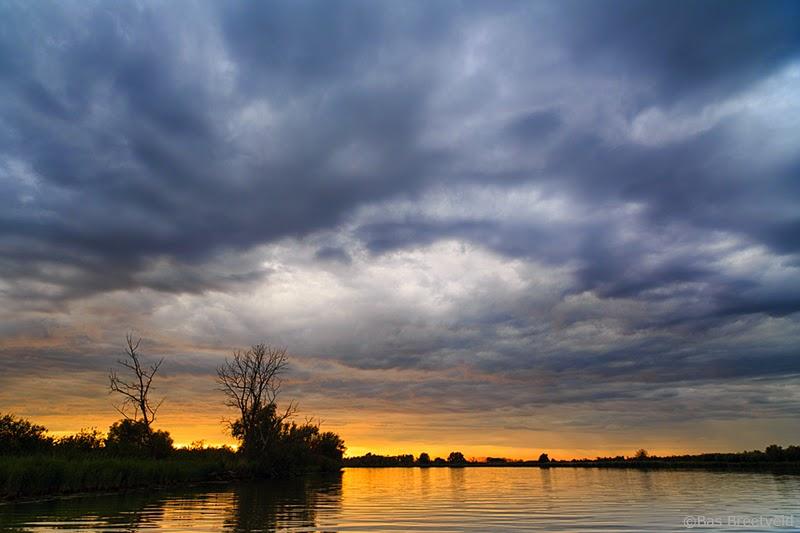Spectaculaire wolkenlucht in de Biesbosch
